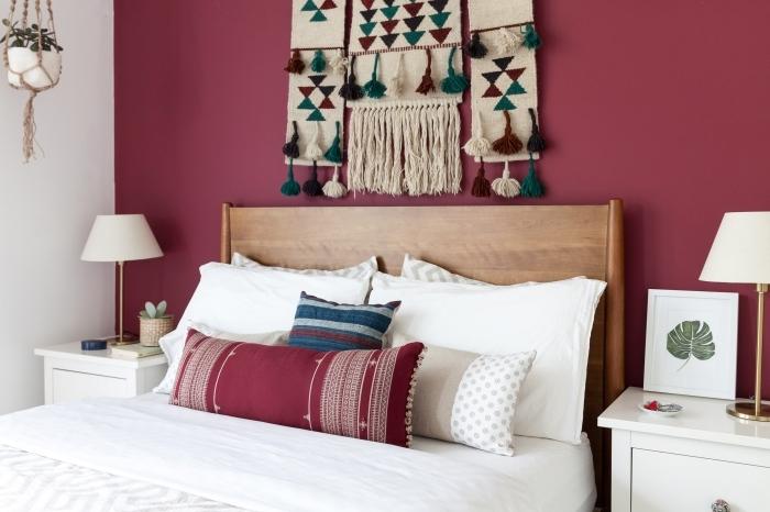 tete de lit boheme peinture murale rouge meuble de chevet blanc lampe coussins décoratifs