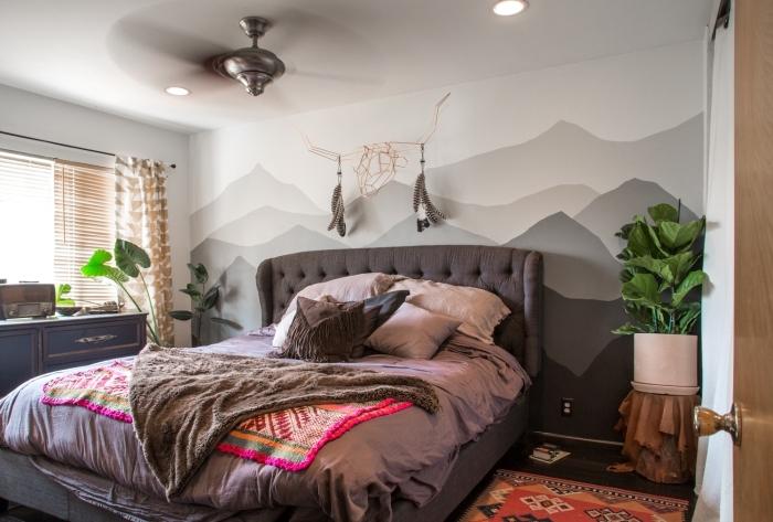 tete de lit en peinture effet paysage montagne ventilateur de plafond plante verte chambre