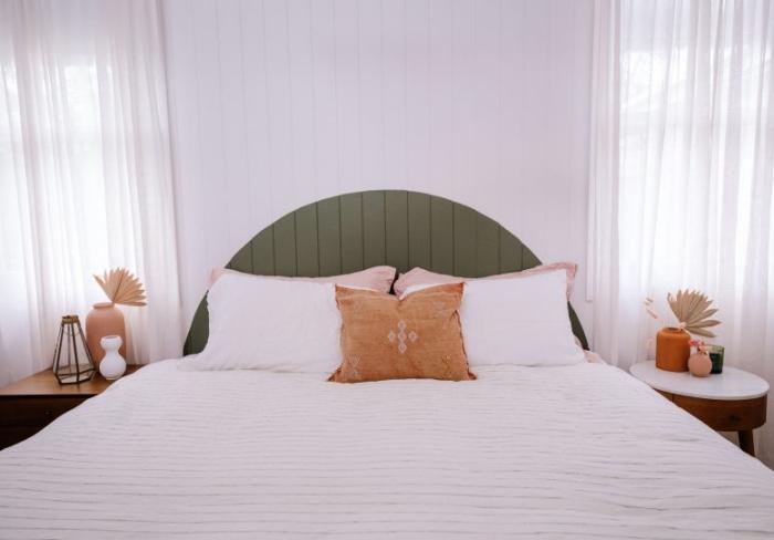 tete de lit peinture vert foncé rideaux blancs table chevet rond bois et blanc vase terracotta