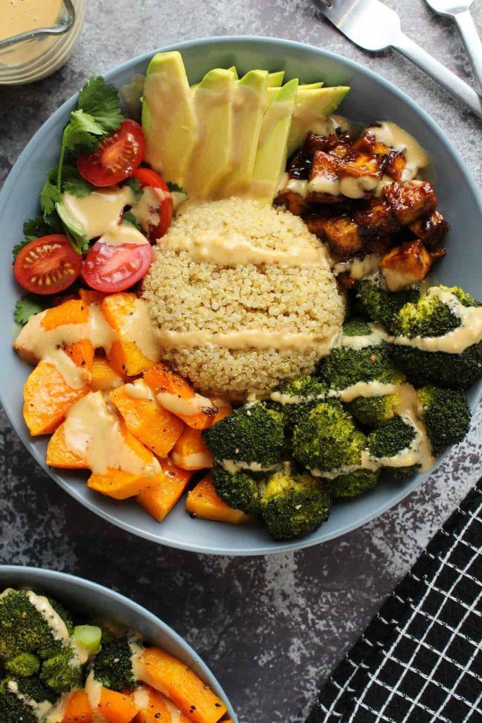 tofu mariné buddha bowl recette avec quinoa brocoli tranches d avocat de la sauce et patate douce rotie