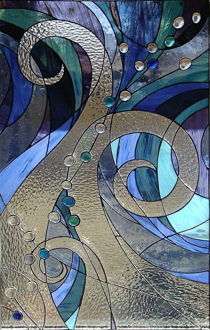 un exemple de motifs pour une peinture sur verre avec des couleurs dans la gamme bleue