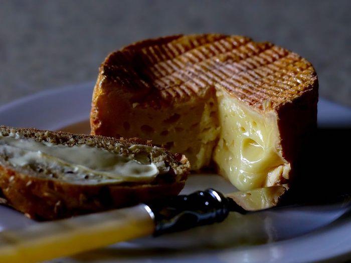 un fromage extraordinaire fondu sservi avec un demi bagel