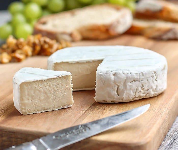un fromage vegane a la base des cajous pour un plateau de charcuterie vegetarien
