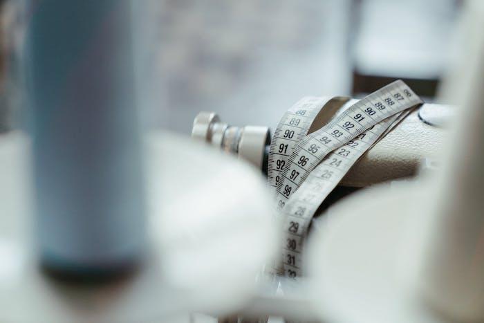 un mètre de couturier blanc avec des chiffres dans un atelier