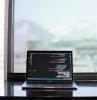un ordinateur devant un mur transparente sur un comptoir logiciel sur l ecran