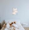 un signé néon au dessus d un lit avec deux filles