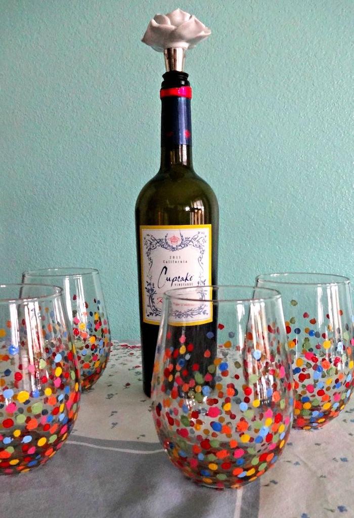 une bouteille de vin et verres dessines aux pois multicolores activité manuelle adulte