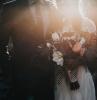 une couple au jourde mariage un homme vet en costume sur mesure