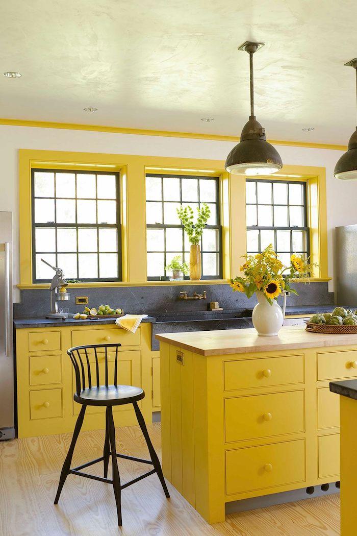 une cuisine en couleurs pantnone 2021 des meubles en jaune lumineux et des parties en gris ultime