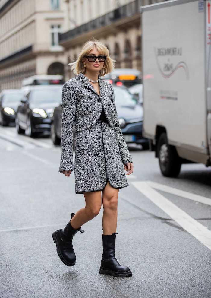 une femme en costume en noir et blanc et des bottines hautes doc martens