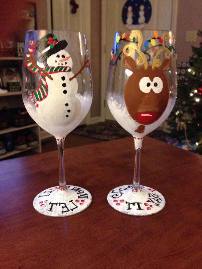 une idée de décorer les verres de vin pour noel avec un bonhomme de neige et un cerf peinture sur verre