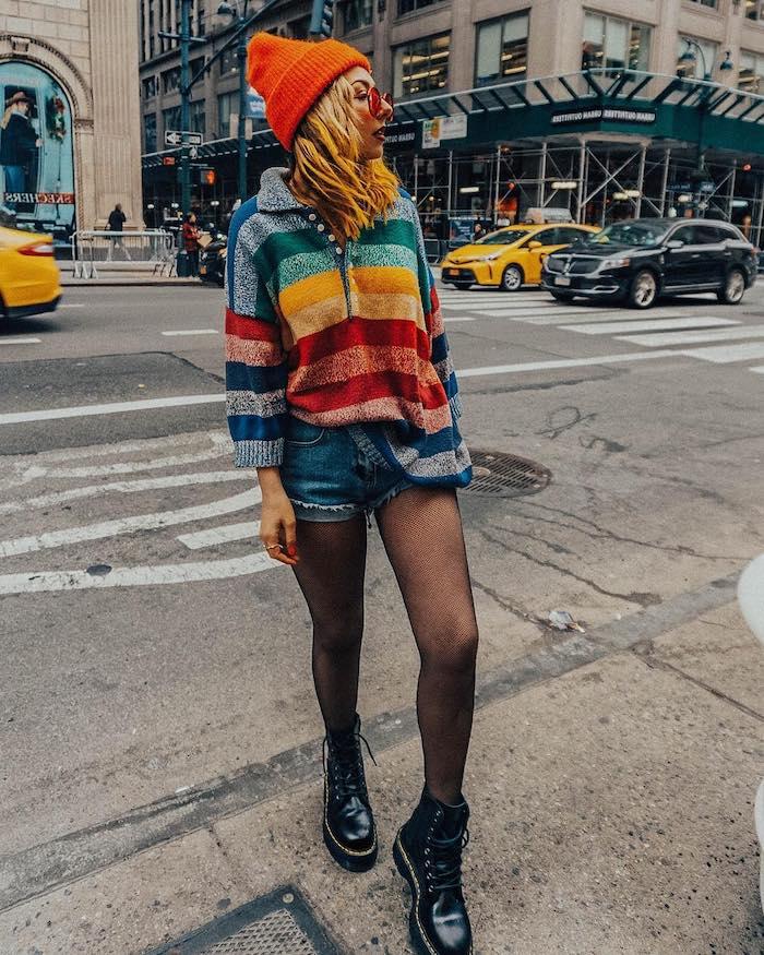 une idée de porter bottines doc martens avec un short en deni, pull multicolore et un collant résillée