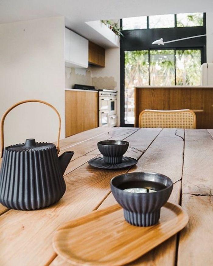 vaisselle service à thé gris sur table bois cuisine ouverte blanche vintage ilot central bois et verrière industrielle