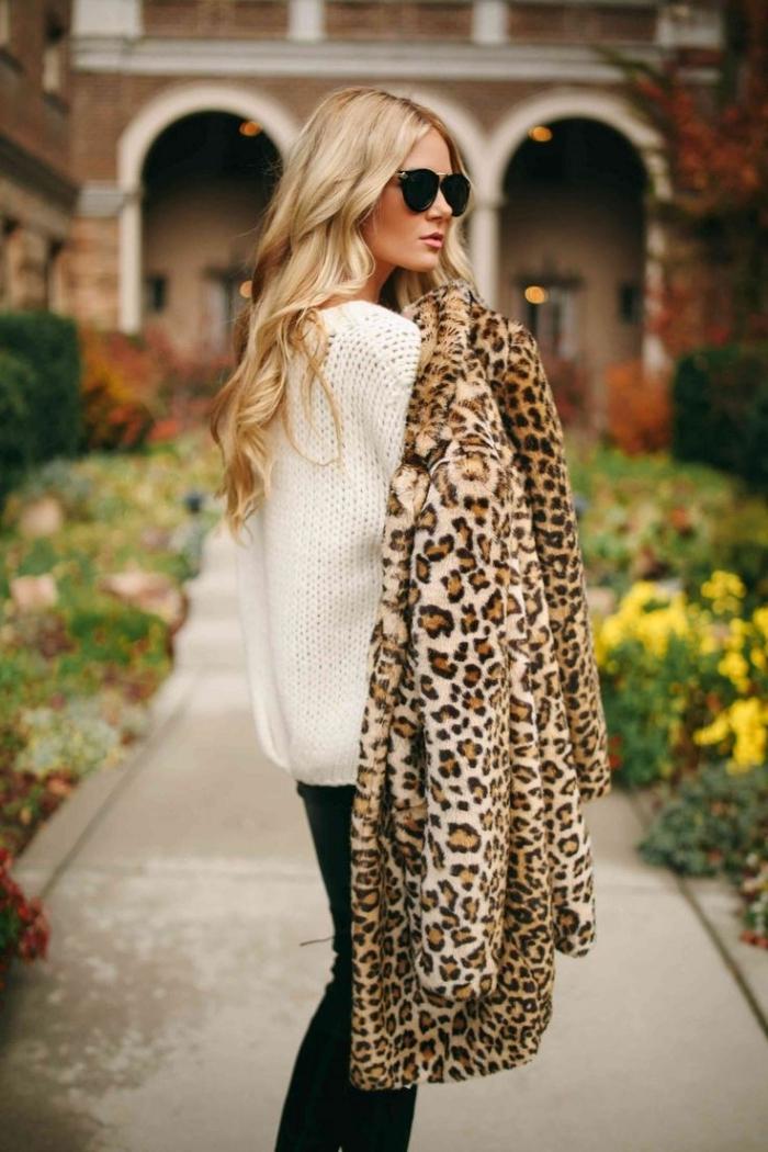 vetement leopard manteau mi long motifs animaliers pull over blanc pantalon noir lunettes soleil