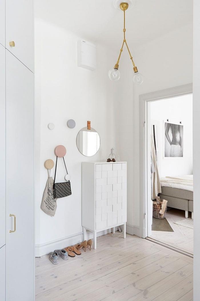 éclairage couloir moderne accents poignées or lampe aménagement entrée maison peinture blanche