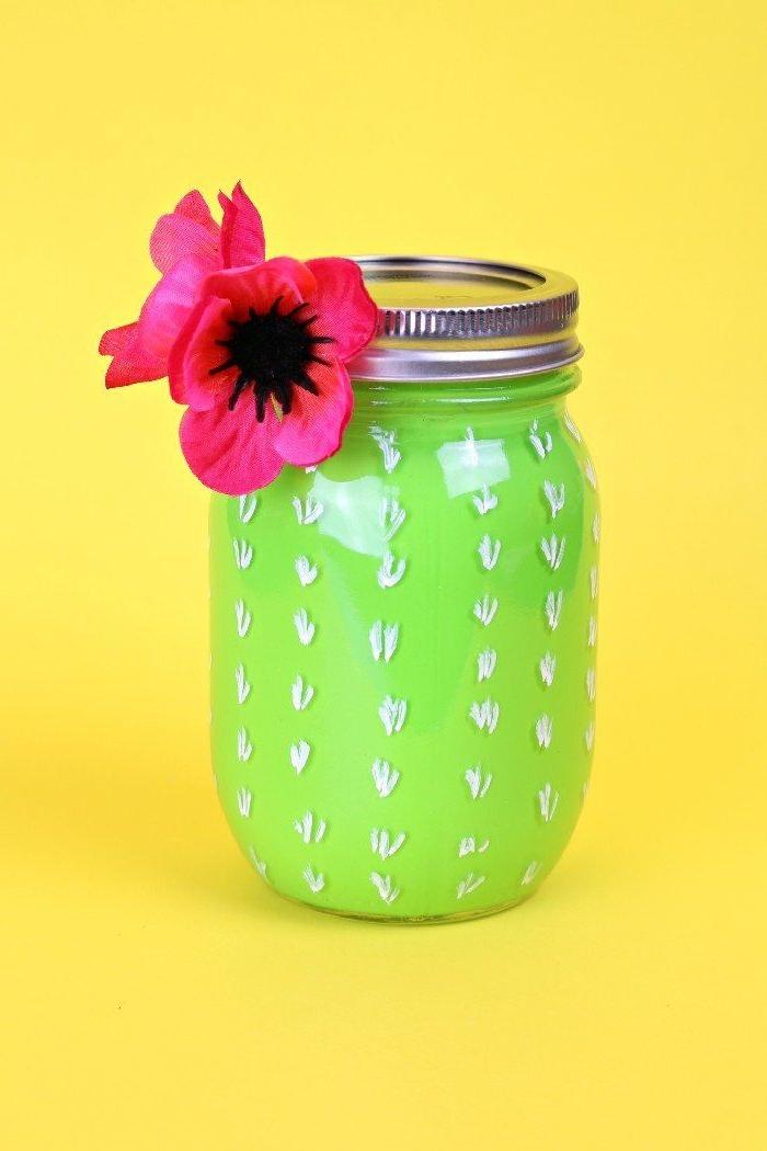 activité manuelle facile et rapide pot en verre repeint de vert à l interieur avec dessin motif cactus et fleur deco