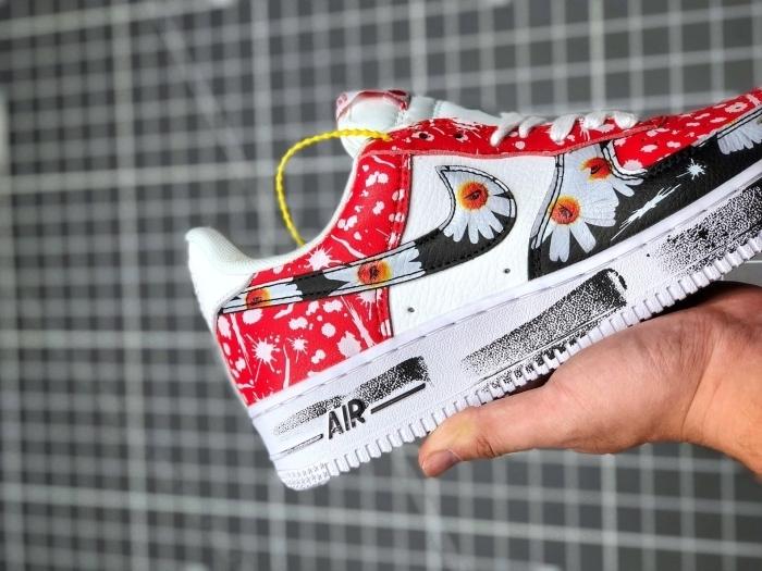 air force 1 customiser des baskets blanches peinture rouge textile motifs floraux blancs