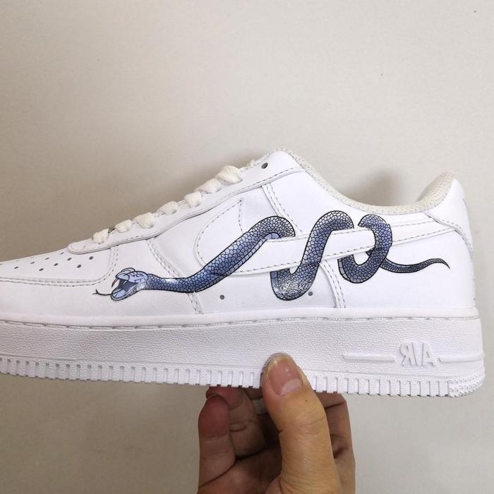air force one personnalisable dessin sur chaussures de sport blanches dessin serpant facile