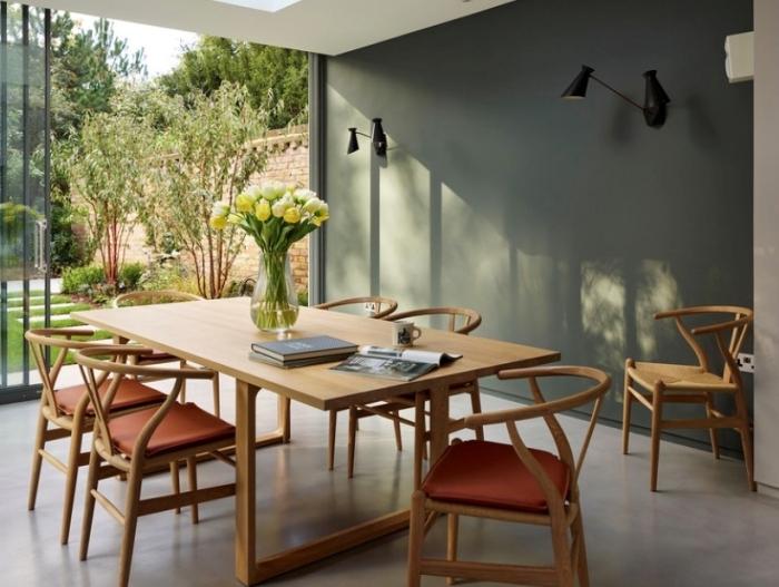 aménagement coin salle a manger table bois chaises cuisine kaki peinture murale applique noire
