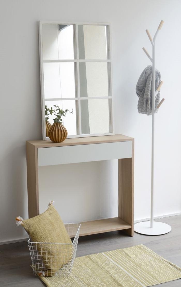 aménagement entrée maison meuble blanc et bois tapis jaune miroir cadre blanc vase