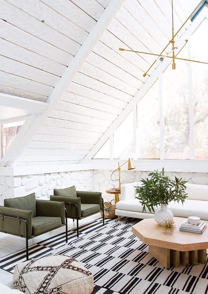 aménagement sous combles luminaire or table basse bois pouf tapis rayures blanc et noir kaki couleur