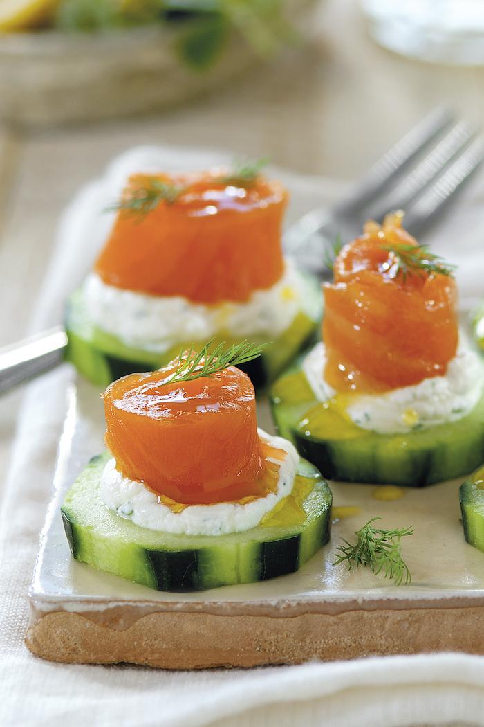 apéritif saumon fumé avec des tranches de concombre et de l aneth amuse bouche froide