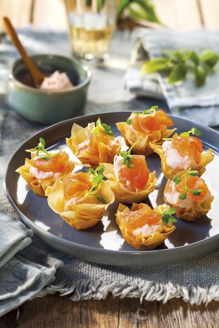 apéro saumon des noeuds de pate remplis avec de saumon et de creme fraiche