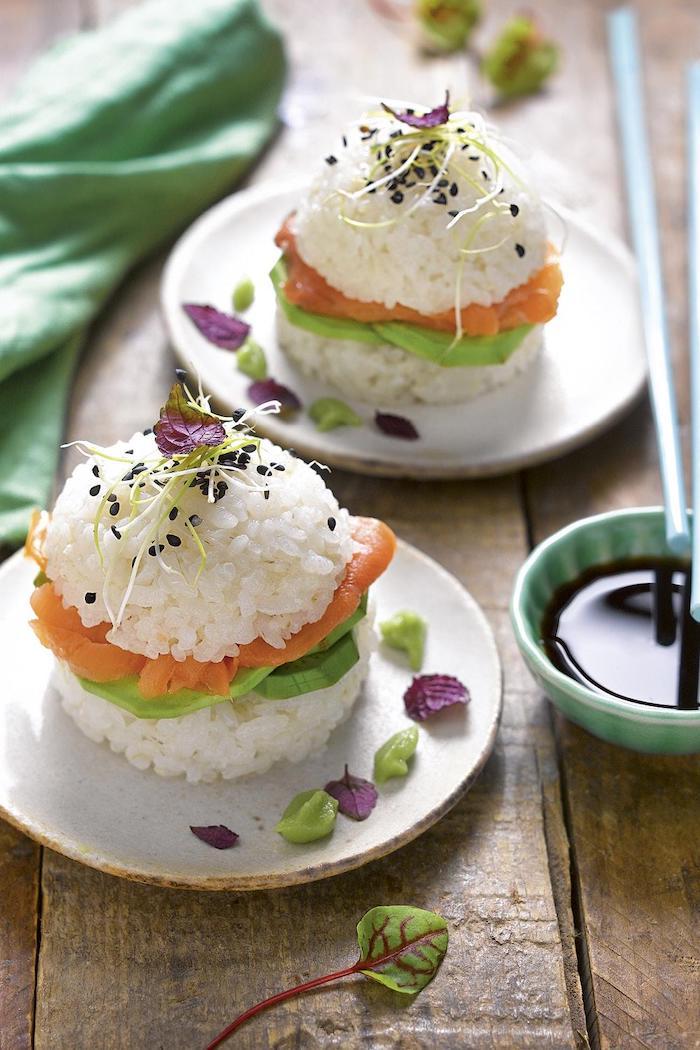 apéro saumon fumé avec du riz de l avocat et de sauce de soja recette asiatique