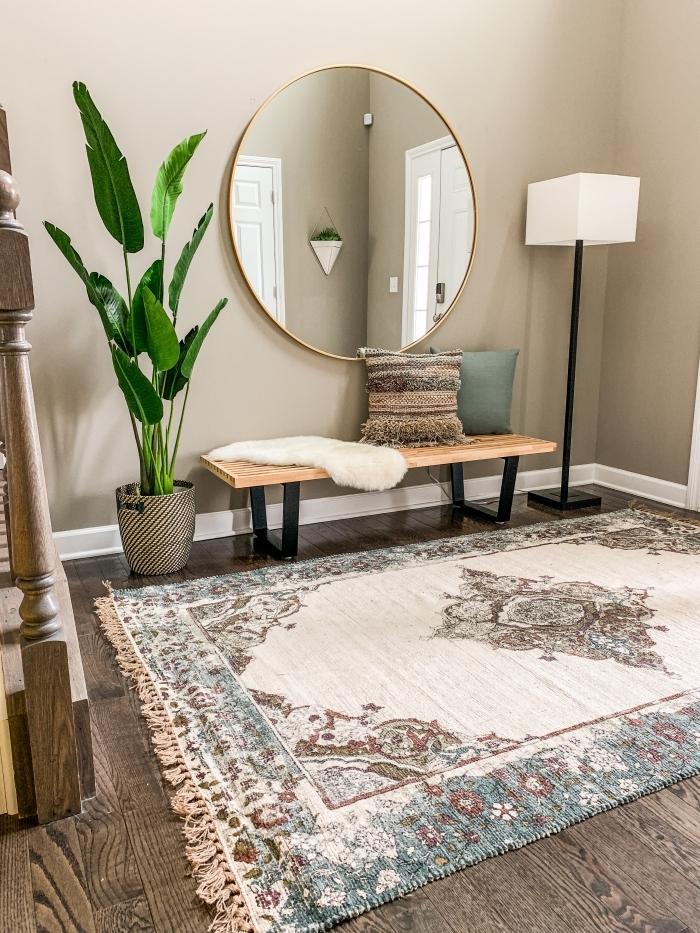 banquette bois et métal cache pot plante artificielle miroir rond déco entrée maison murs beige