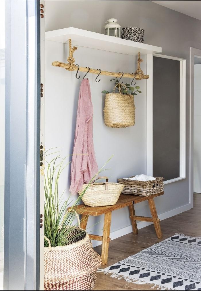 banquette bois tapis barbère franges peinture couloir étroit cache pot fibre végétale peinture gris clair