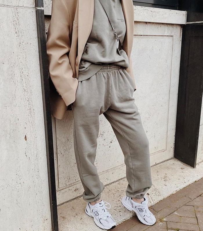 baskets blanches ensemble de jogging femme couleur neutre blazer nude sac bandoulière