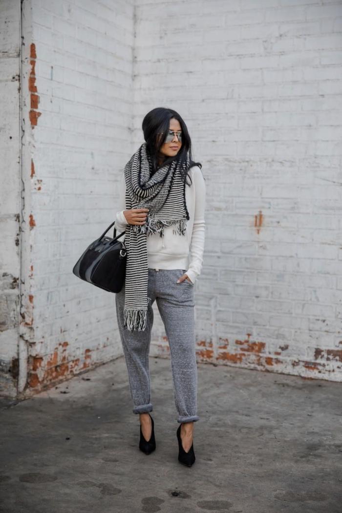 blouse blanche écharpe longue rayures blanc et noir franges pantalon jogging femme habillée