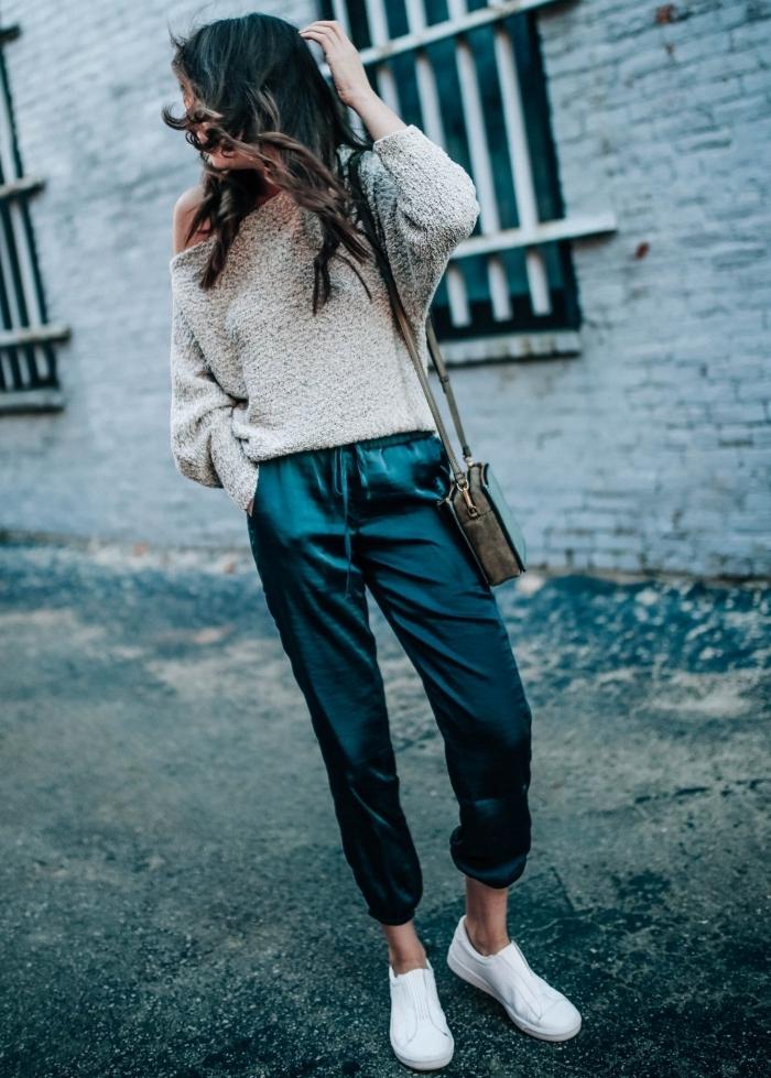 blouse grise col asymetrique street style femme pantalon vert foncé baskets blanches