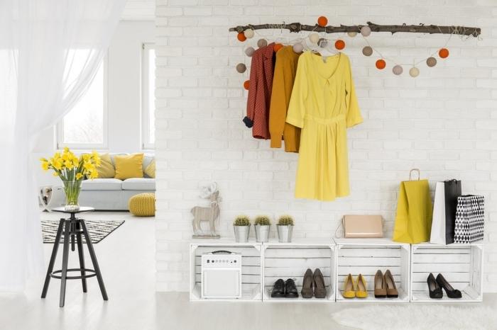 bois flotté mur briques blanches rangement cagette bois blanc idee deco entree accents colorés