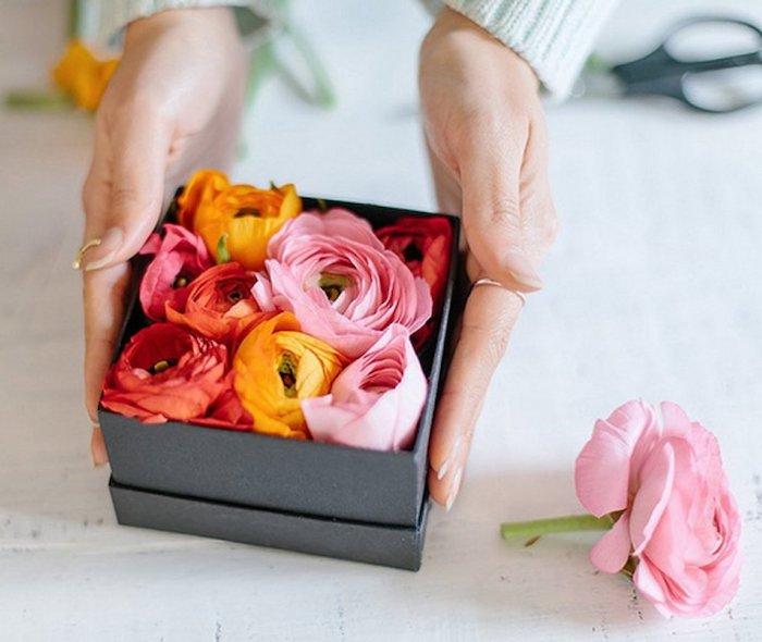 boite cadeau remplie de petales de fleurs cadeau fête des grand meres fait main élégant et floral