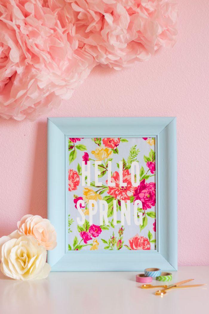 bonjour printemps deco cadre repeint de bleu avec tissu imprimé fleuri et des lettres en blanc