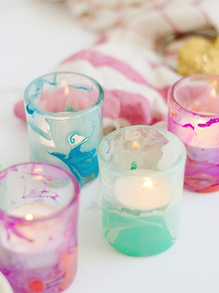 bougeoirs porte bougie colorés effet marbre vernis d ongle et de petites bougies à l intérieur diy