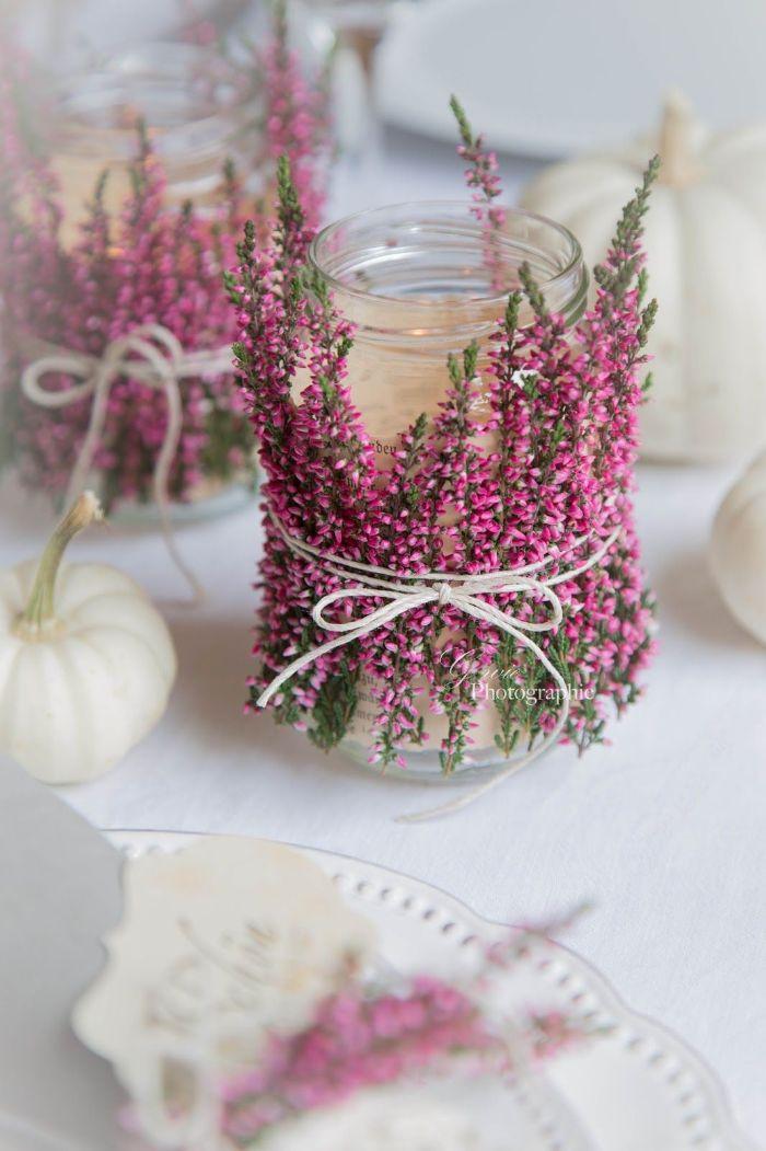 bougies dans pot décoré de brins de fleurs rose noués d une ficelle activité printemps adulte créative avec des fleurs