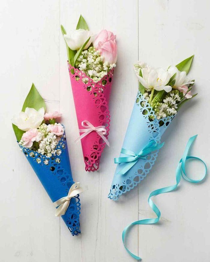 bouquet de fleurs champetre dans papier effet dentelle noué d un ruban exemple cadeau bonne fete mamie diy