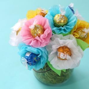 bouquet de fleurs de papier crépon autouir d un bonbon dans pot en verre exemple fabrication cadeau fete des grand mere activité manuelle