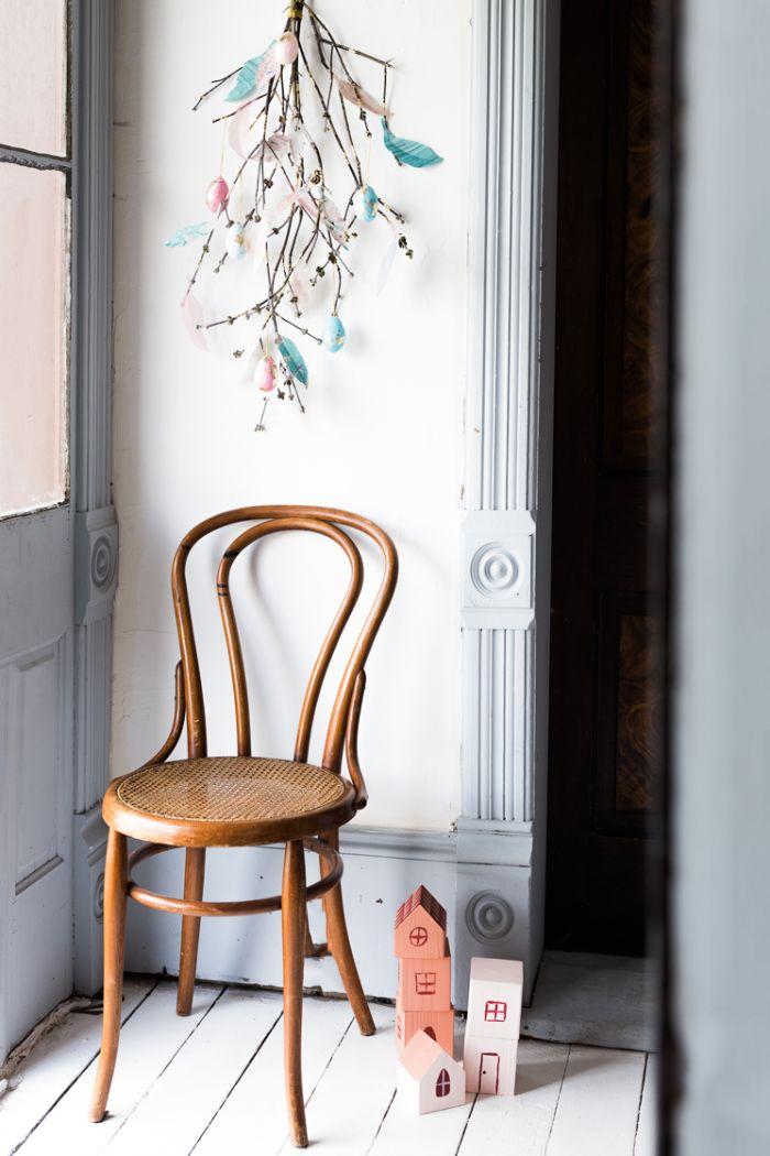 branches d arbre décorés de plumes de papier décoratifs et de coquilles d oeufs découpage deco murale salon printemps paques