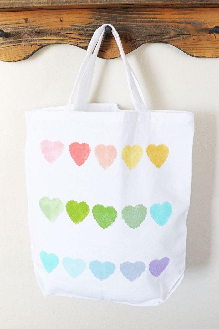 bricolage fete des grand mere tote bag personnalisé motif coeurs colorés diy sac vierge custmisé