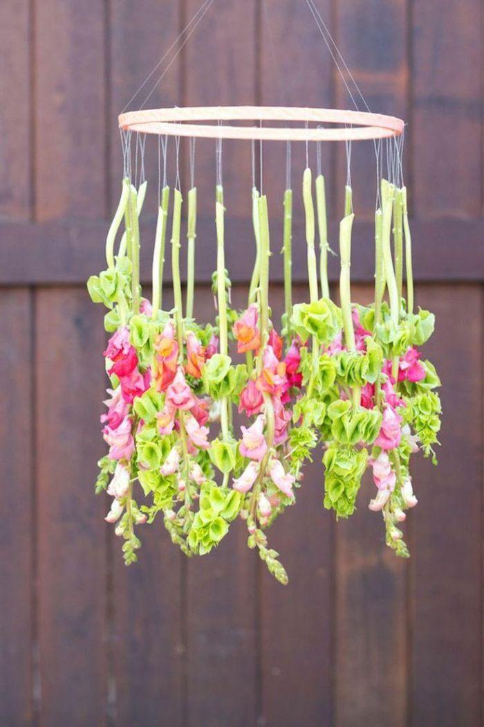 bricolage printemps idée mobile et tambour à broder avec des fleurs suspendues sur des fils activité adulte