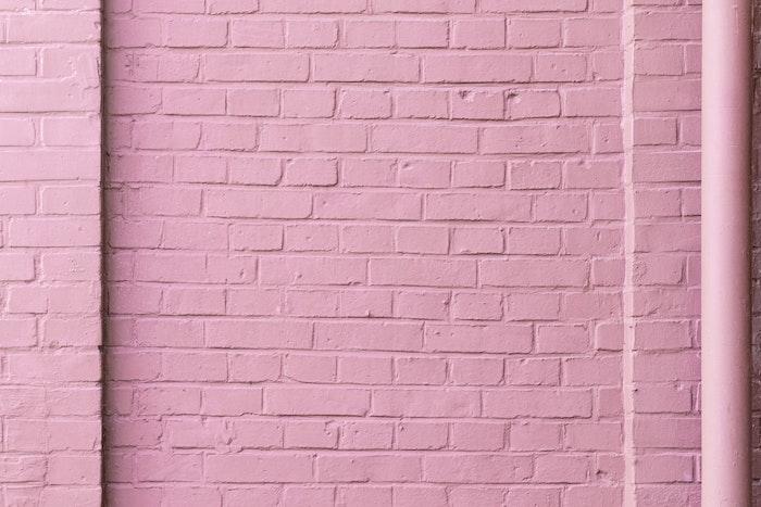 briques peints en rose comment peindre vos murs