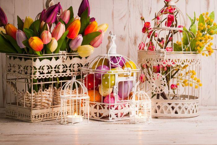 cagette oiseau vintage avc decoration de fleurs de printemps tulipes et oeufs colorés exemple décoration de paques à fabriquer soi meme