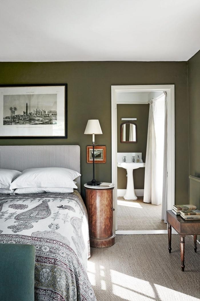chambre kaki peinture murale photographie blanc et noir cadre noir meuble de chevet bois
