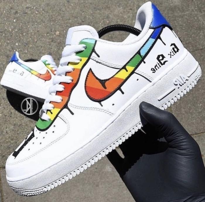 chaussure air force one décoration baskets blanches avec peinture multicolore projet créatif