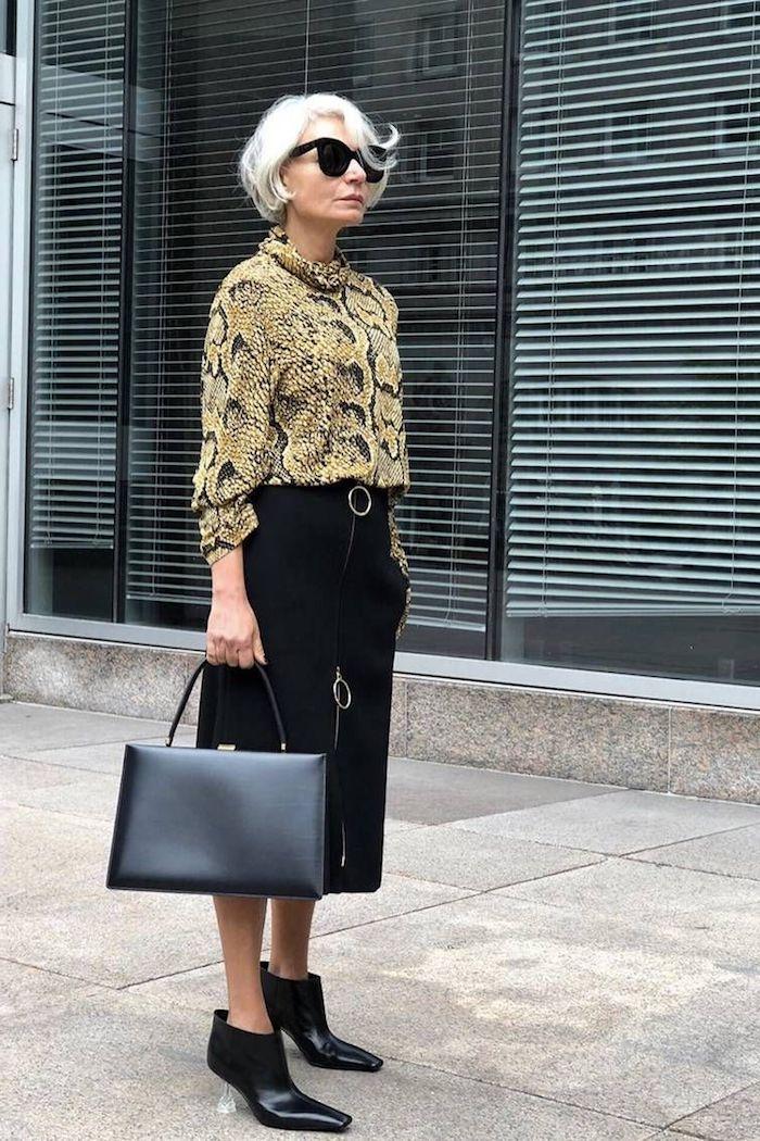 chemise femme impriméserpent et jupe noire mi longue sac à main cuir noir look moderne femme 60 ans