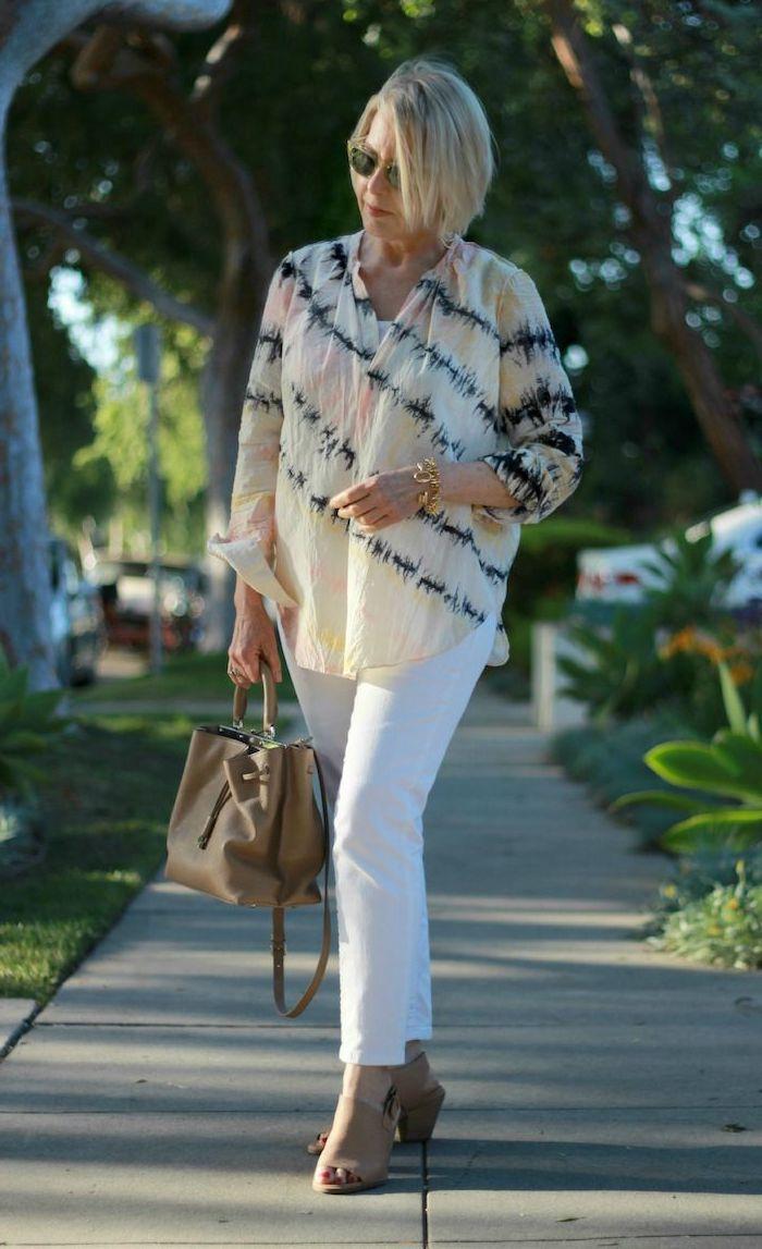 chemise légère colorée à taches colorées pantalon blanc sac à main marron chaussures marron lunettes de soleil tendance