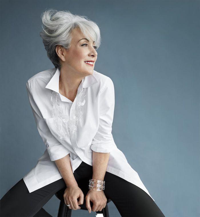 coiffure femme 60 ans avec du volume coupe courte originale chemise femme blanche pantalon noir